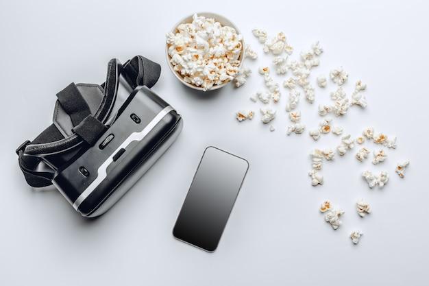 Kijken naar film concept. popcorn en vr.