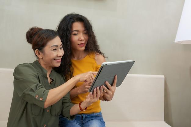 Kijken naar pphotos op digitale tablet
