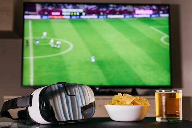 Kijken naar voetbal concept met vr-bril