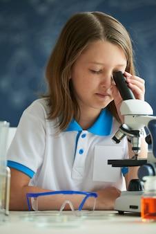 Kijkend door microscoop