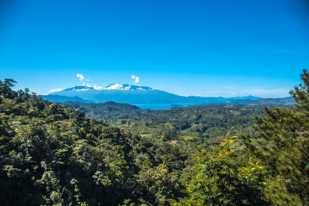 Kijkend naar het meer van cerro azul meambar national park (panacam) op lake yojoa. honduras