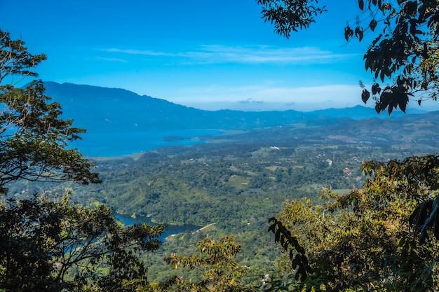 Kijkend naar het meer vanaf de mirador van het cerro azul meambar national park (panacam) aan het meer van yojoa. honduras