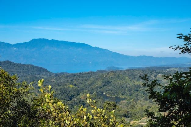 Kijkend naar het meer vanuit de mirador van het cerro azul meambar national park panacam aan het yojoameer. honduras