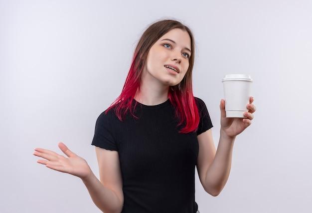 Kijkend naar kant jong mooi meisje dragen zwarte t-shirt kopje koffie houden op geïsoleerde witte achtergrond
