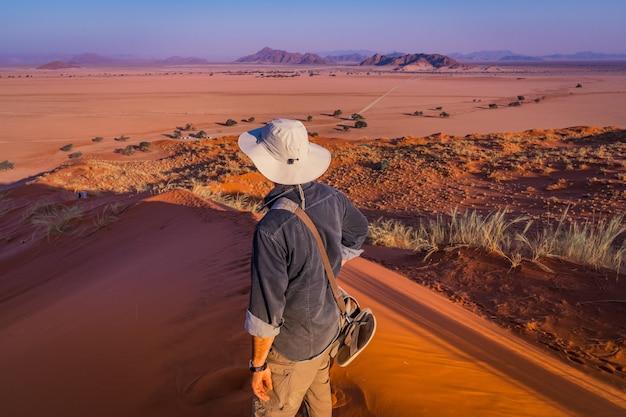 Kijkend naar sesriem bij zonsondergang vanaf de top van het elim-duin in namibië