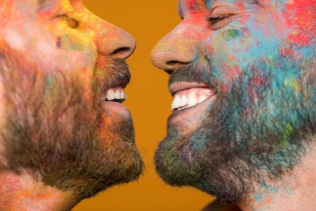 Kijkt naar een blij vies homoseksueel stel