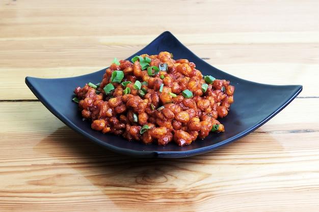 Kikkererwten chili in houten tafel