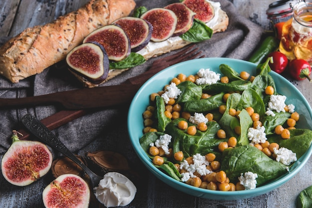 Kikkererwten en groenten salade met spinaziebladeren, zelfgemaakte kaas, gezond veganistisch eten