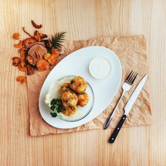 Kikkererwten falafel ballen met groenten houten tafel.