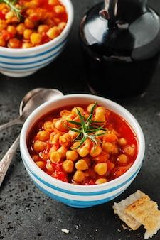 Kikkererwten met tomaat, wortel en rozemarijn
