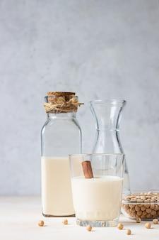 Kikkererwten vegetarische melk in een fles. lactosevrije niet-zuivelproducten. gezond veganistisch voedselconcept.