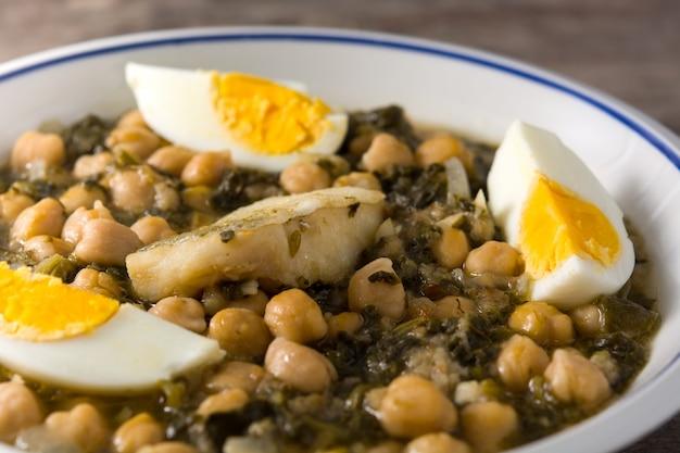 Kikkererwtenstoofpotje met spinazie en kabeljauw of potaje de vigilia.