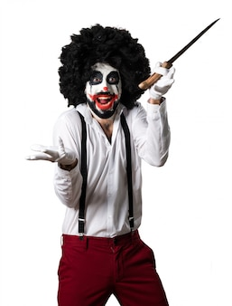 Killer clown met mes maakt verrassingsgebaar