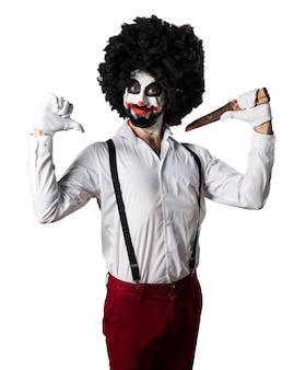 Killer clown met mes trots op zichzelf
