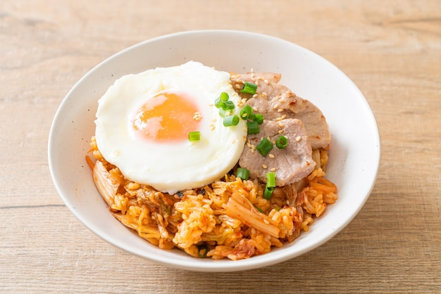 Kimchi gebakken rijst met gebakken ei en varkensvlees - koreaans eten stijl