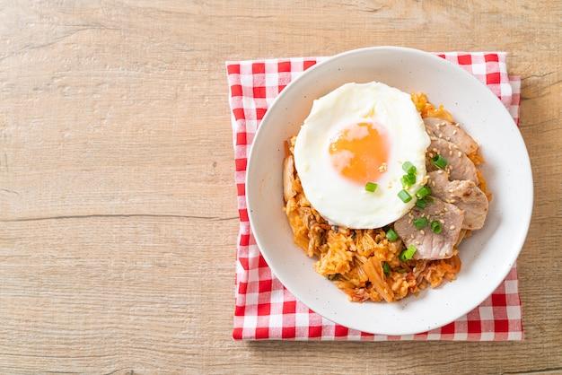 Kimchi gebakken rijst met gebakken ei en varkensvlees - koreaans eten