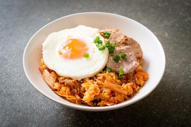 Kimchi gebakken rijst met gebakken ei en varkensvlees