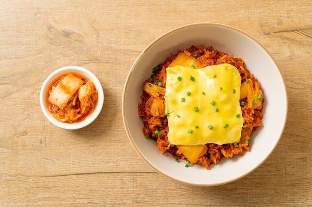 Kimchi-gebakken rijst met varkensvlees en belegde kaas - aziatische en fusionvoedselstijl