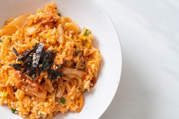 Kimchi-gebakken rijst met zeewier en witte sesam - koreaans eten