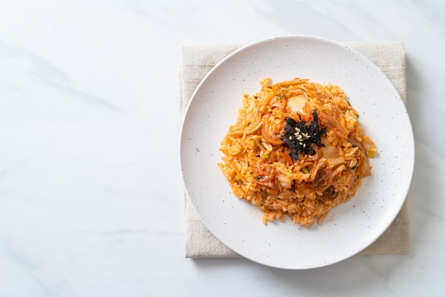 Kimchi gebakken rijst met zeewier en witte sesam - koreaans eten