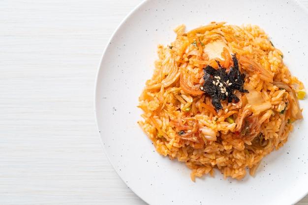 Kimchi gebakken rijst met zeewier en witte sesam. koreaanse eetstijl