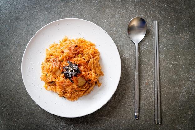 Kimchi-gebakken rijst met zeewier en witte sesam - koreaanse eetstijl