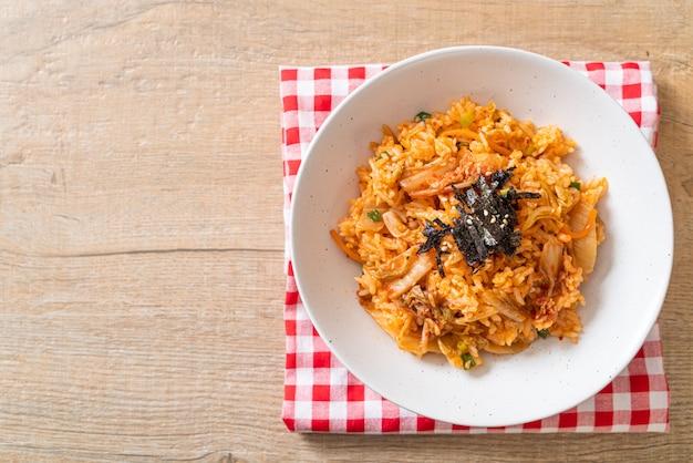 Kimchi gebakken rijst met zeewier en witte sesam