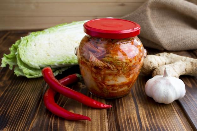 Kimchi in glazen pot en ingrediënten