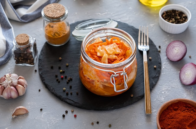 Kimchi is een pittig koreaans voorgerecht van kool met worteltjes in een glazen pot
