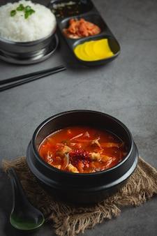 Kimchi jikae of kimchi soep klaar om te eten in een kom