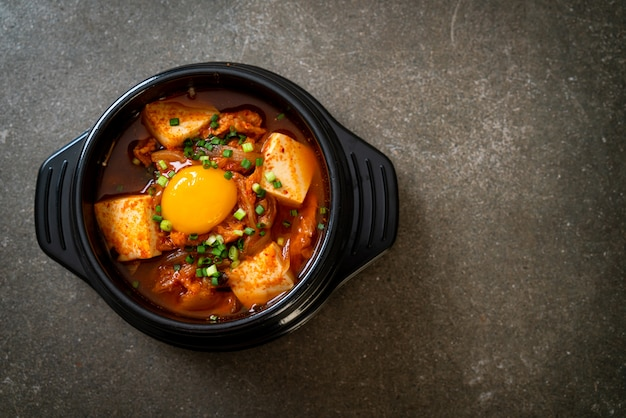 'kimchi jjigae' of kimchi-soep met tofu en ei of koreaanse kimchi-stoofpot. koreaans eten in traditionele stijl