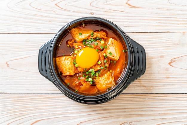 'kimchi jjigae' of kimchi-soep met tofu en ei of koreaanse kimchi-stoofpot - koreaans eten in traditionele stijl