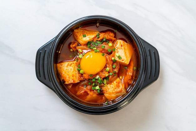 'kimchi jjigae' of kimchi-soep met tofu en ei of koreaanse kimchi-stoofpot
