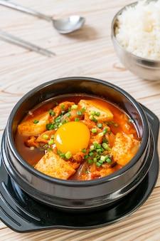 'kimchi jjigae' of kimchi-soep met tofu en ei