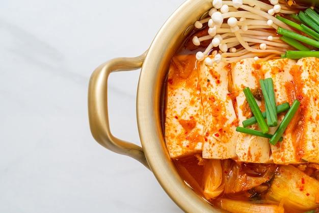 'kimchi jjigae' of kimchi-soep met zachte tofu of koreaanse kimchi-stoofpot. koreaans eten in traditionele stijl