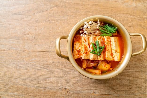 'kimchi jjigae' of kimchi-soep met zachte tofu of koreaanse kimchi-stoofpot - koreaans eten in traditionele stijl