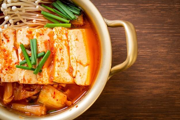 'kimchi jjigae' of kimchi-soep met zachte tofu of koreaanse kimchi-stoofpot. koreaans eten traditionele stijl