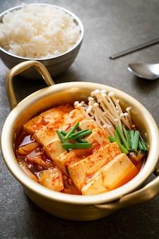 'kimchi jjigae' of kimchi-soep met zachte tofu of koreaanse kimchi-stoofpot