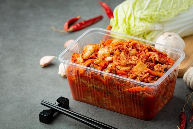 Kimchi klaar om te eten in een plastic doos