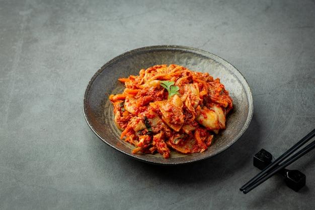 Kimchi klaar om te eten in zwarte plaat