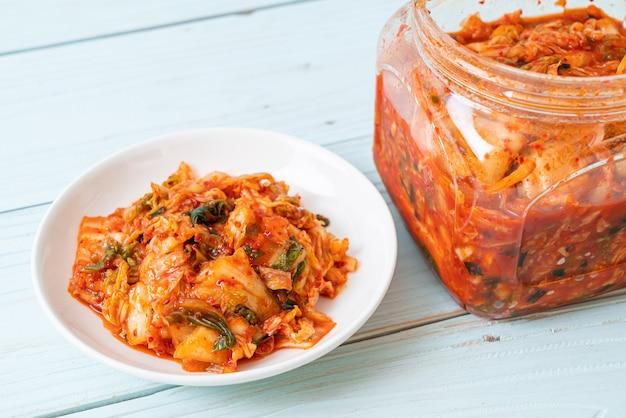 Kimchi-kool op plaat en kruik