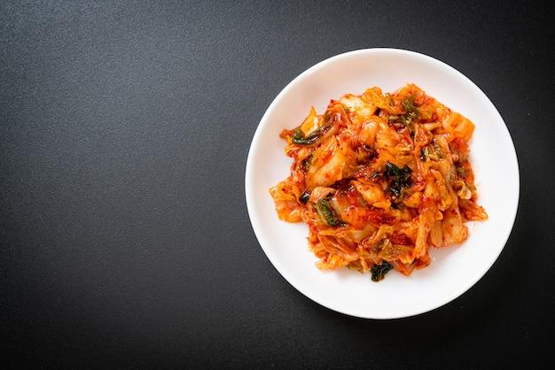 Kimchi-kool op plaat - koreaanse traditionele voedselstijl