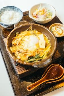 Kimchi nabe in hete plaat met rijst