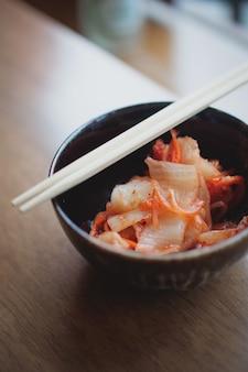Kimchi op het gerecht, koreaans eten