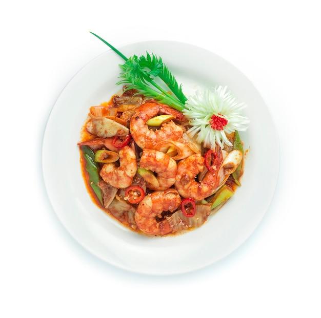 Kimchi roergebakken met garnalen koreaans eten gegarneerd met prei lente-ui kotelet versier sesam, gesneden prei bloemvorm en lente ui.