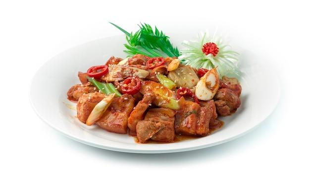 Kimchi roergebakken met varkensbuik koreaans eten gegarneerd met prei lente-ui kotelet versier sesam, gesneden prei bloemvorm en lente ui.