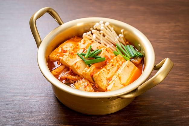 Kimchi-soep met tofu en ei