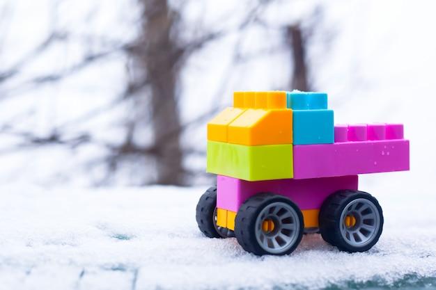 Kind auto op sneeuw