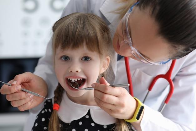 Kind bezoekende tandarts
