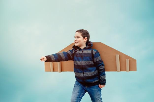 Kind buiten spelen papier vleugels